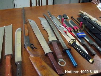 Tội chế tạo, tàng trữ, vận chuyển, sử dụng, mua bán trái phép hoặc chiếm đoạt vũ khí thô sơ hoặc công cụ hỗ trợ