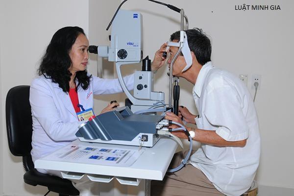Mắt phải 3/10 có đáp ứng điều kiện về sức khỏe được công tác ở cấp xã không?