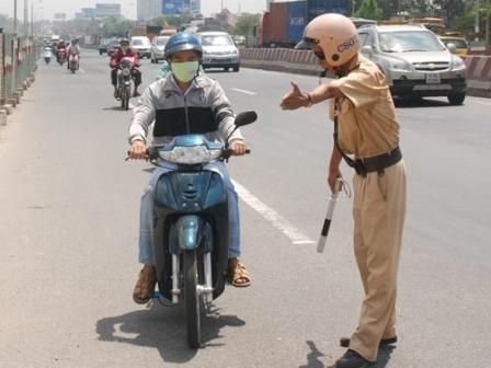 Không chấp hành hiệu lệnh và không đội mũ bảo hiểm xử phạt thế nào?