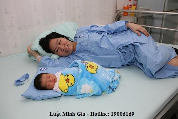 Chế độ lao động nữ khi có con dưới 12 tháng tuổi