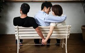 Đang có chồng mà có mối quan hệ tình cảm với người đàn ông khác thì bị truy cứu trách nhiệm hình sự không?
